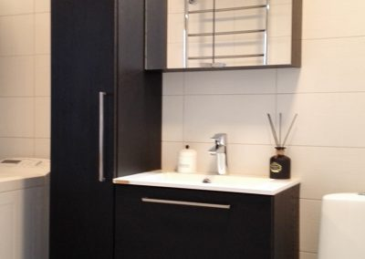 Mustaksi vahatut tammiviilupintaiset kylpyhuonekalusteet