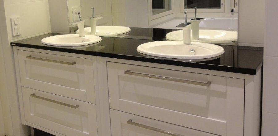 Kylpyhuonekalusteet kivitasolla
