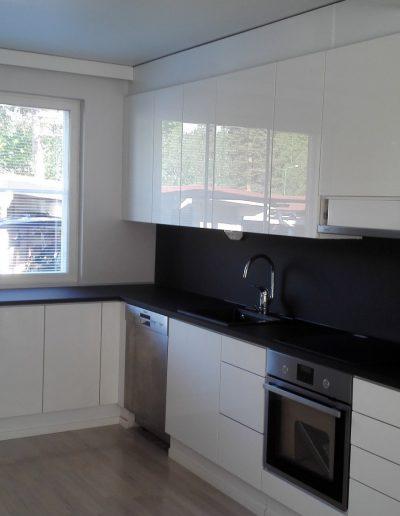 W1000 kiiltävä valkoinen ovi ja mattamusta taso sekä välitilalevy
