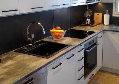 Keittiö päivitetty uusilla ovilla, tasoilla ja välitilalevyillä.